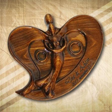 különleges gyűrűtartó fából