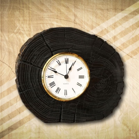 fekete fából készült asztali óra