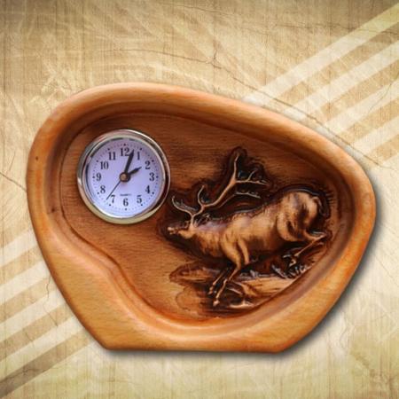 gímszarvas fából készült asztali óra