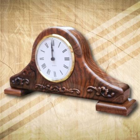 Elegáns asztali óra, rusztikus mintáva