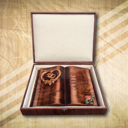 Esküvőre ajándék fakönyv rózsamintával Mívesfa