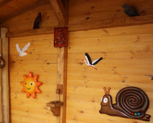 Fa játékok a falon