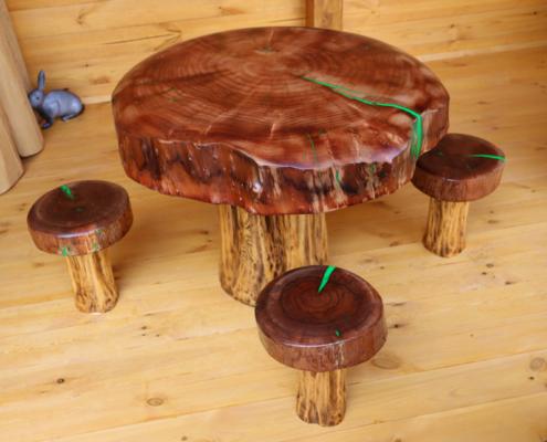 fa asztal székekkel gyerekeknek