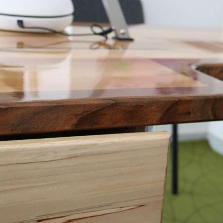 Műkörmös asztal